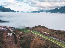 SAPA, VIETNAME: Telef?rico vermelho ? parte superior da montanha de Fansipan, a montanha a mais alta em Indochina fotos de stock royalty free