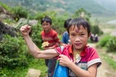 Sapa Wietnam, Kwiecień, - 24, 2018: Lokalny dzieciak napina jego mięśnie dla kamerzysty w Sapa Zdjęcia Stock