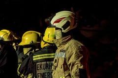 - Sapador-bombeiro africano na engrenagem do depósito - ascendente próximo sul Imagens de Stock Royalty Free
