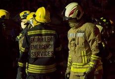 - Sapador-bombeiro africano na engrenagem do depósito - meio comprimento sul Fotos de Stock