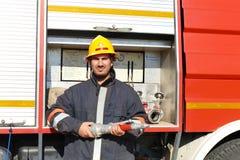 Sapador-bombeiro com uma mangueira Foto de Stock