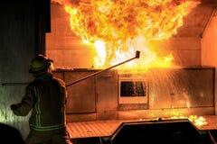Sapador-bombeiro e bola de fogo: Exposição da proteção contra incêndios Fotos de Stock Royalty Free