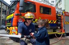 Sapador-bombeiro e criança Imagem de Stock Royalty Free