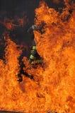 Sapador-bombeiro e flamas Foto de Stock Royalty Free