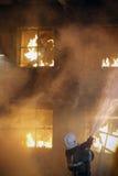 Sapador-bombeiro e homem ardente Foto de Stock Royalty Free