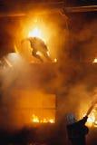 Sapador-bombeiro e homem ardente Imagem de Stock Royalty Free