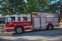 Sapador-bombeiro exterior estacionado carro de bombeiros Station foto de stock