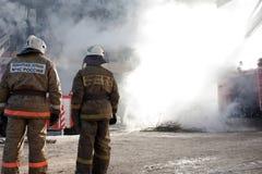 Sapador-bombeiro no incêndio Imagens de Stock