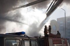 Sapador-bombeiro no incêndio Fotos de Stock Royalty Free