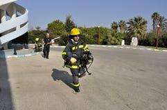 Sapador-bombeiro no treinamento rotineiro Imagens de Stock