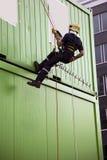 Sapador-bombeiro que abseiling Fotos de Stock Royalty Free