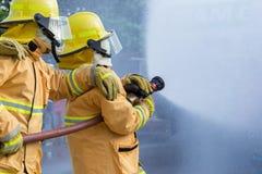 Sapador-bombeiro que luta por um ataque de fogo fotografia de stock royalty free