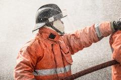 Sapador-bombeiro que procura por sobreviventes possíveis com ferramentas, iluminação do tacticle e peça da câmera da imagiologia  foto de stock royalty free