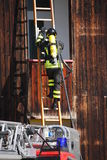 Sapadores-bombeiros corajosos com fogo do tanque de oxigênio durante um exercício guardarado Imagens de Stock