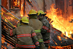 Sapadores-bombeiros dentro do incêndio Fotografia de Stock Royalty Free