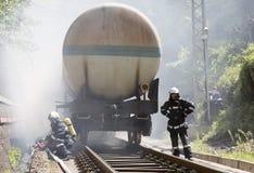 Sapadores-bombeiros do fogo do trem do petroleiro Fotos de Stock Royalty Free