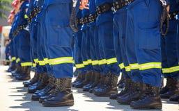 Sapadores-bombeiros em seus uniformes que estão na linha imagem de stock royalty free