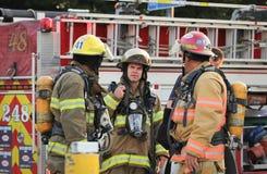 Sapadores-bombeiros em trabalhos Imagens de Stock Royalty Free