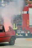 Sapadores-bombeiros na ação durante um acidente de trânsito Fotografia de Stock Royalty Free