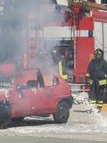 Sapadores-bombeiros na ação durante um acidente de viação Fotos de Stock Royalty Free