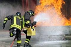 Sapadores-bombeiros na ação durante um exercício no Firehouse Imagens de Stock Royalty Free