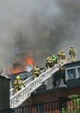 Sapadores-bombeiros na escada Fotografia de Stock Royalty Free