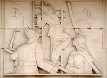 Sapadores-bombeiros na escultura das escadas Fotografia de Stock