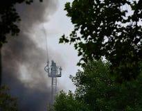 Sapadores-bombeiros no incêndio da casa Fotografia de Stock Royalty Free