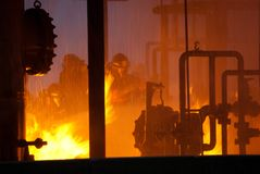 Sapadores-bombeiros no incêndio industrial fotos de stock royalty free