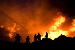Sapadores-bombeiros no trabalho imagem de stock
