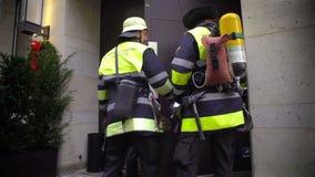 Sapadores-bombeiros no trabalho, profissionais que verificam o sistema de alarme de incêndio na construção vídeos de arquivo