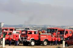Sapadores-bombeiros portugueses na espera durante incêndios imagem de stock royalty free