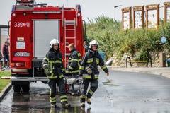 Sapadores-bombeiros que preparam-se para um trabalho Fotografia de Stock