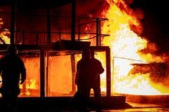Sapadores-bombeiros que trabalham em um fogo Imagens de Stock Royalty Free