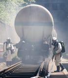 Sapadores-bombeiros tóxicos do trem da emergência dos ácidos dos produtos químicos Fotografia de Stock
