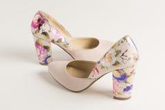 Sapata alto-colocada saltos cor-de-rosa com gravura de flores mexicanas fotos de stock