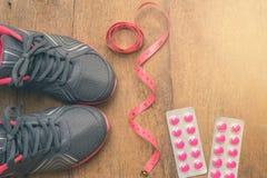 Sapata da sapatilha dos esportes com fita e as bolhas de medição do medica Imagens de Stock Royalty Free