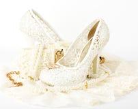 sapata e grânulos nupciais do casamento Fotografia de Stock Royalty Free