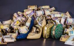 Sapata e saco da mulher no dinheiro e nas moedas de papel fotografia de stock