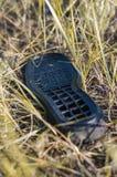 A sapata velha única encontra-se na terra Molhe da chuva Foco macio imagens de stock royalty free