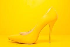 Sapatas amarelas dos saltos altos Fotos de Stock Royalty Free