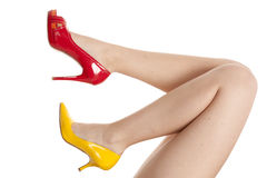 Sapatas amarelas vermelhas dos pés de Womans fotos de stock