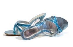 Sapatas azuis bonitas da mulher isoladas no fundo branco Imagens de Stock