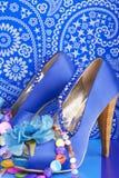 Sapatas azuis com colar imagens de stock