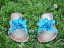 Sapatas azuis do verão na grama Fotografia de Stock Royalty Free