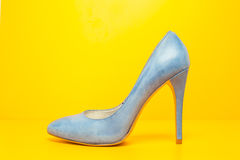 Sapatas azuis dos saltos altos Fotografia de Stock