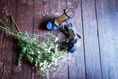 Sapatas azuis nupciais em um fundo de madeira foto de stock