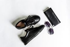 Sapatas, bolsa e ?culos de sol pretos com lentes pretas em um fundo claro foto de stock royalty free