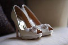 Sapatas brancas com joias Fotografia de Stock Royalty Free