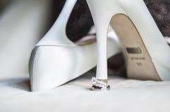 Sapatas brancas com joias Imagem de Stock